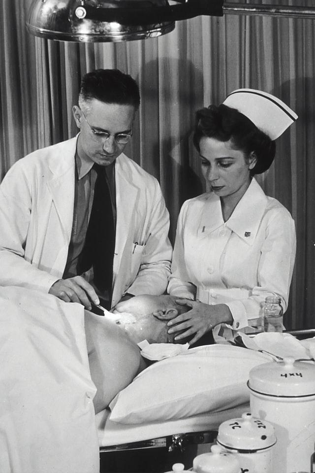 Oto przykład jak dawniej wyglądały fartuchy medyczne.
